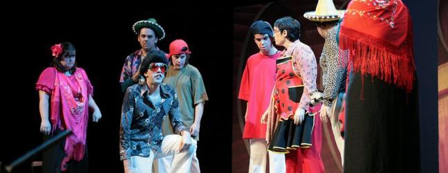 Foto de distintas personas de Alquimistes Teatre: con disfraz, en escena y en plena actuación