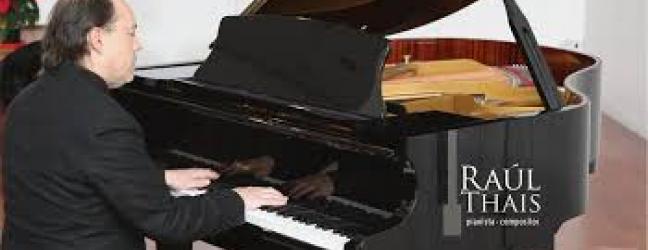 Imagen del artista tocando el piano