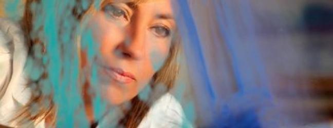 Imagen de la artista trabajando en una obra