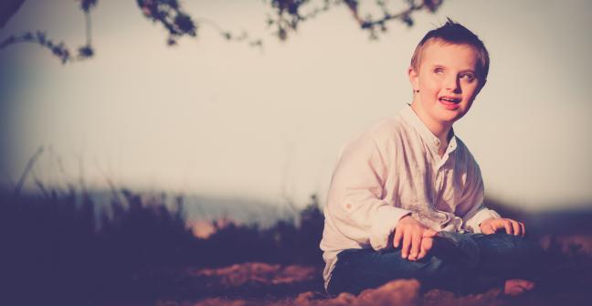 Imagen del niño Ioan Inchusta en el campo